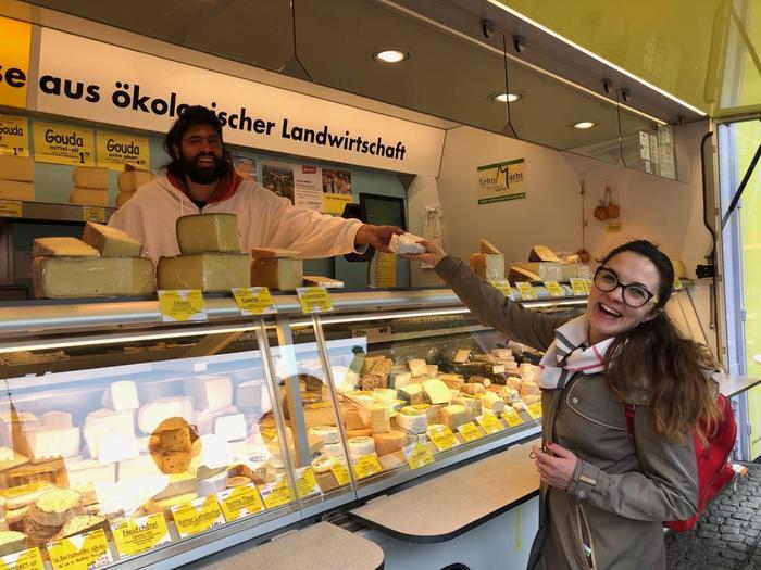 Вуличний магазин сиру у місті Бремен, Німеччина.