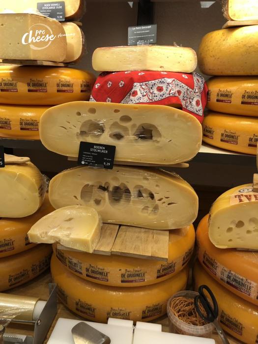 Розірвані вічка напівтвердого сиру свідчать про порушення температурного режиму при зберіганні.