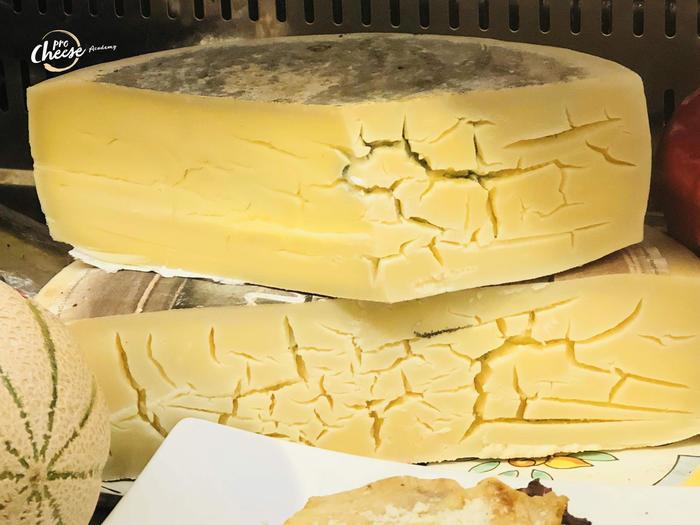 Тріщини та утворення плісняви всередині сирного тіста.