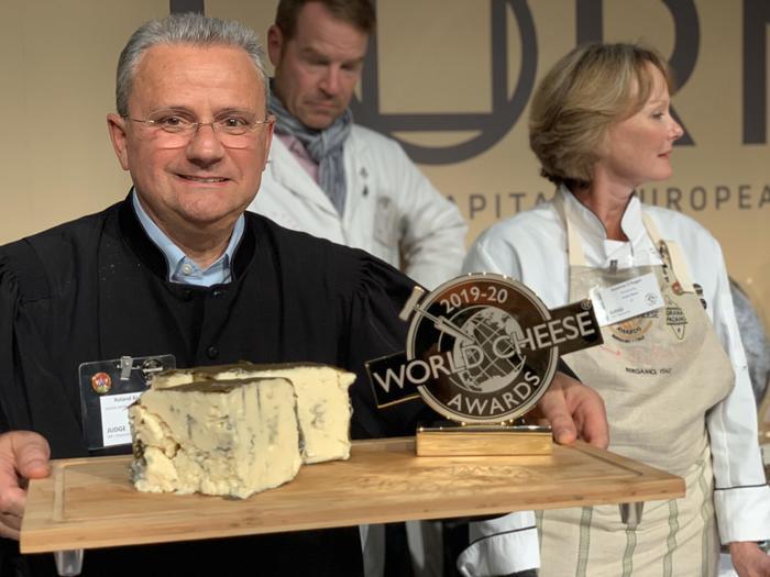 На фото сир-перможець - Organic Blue Cheese Rogue River blue