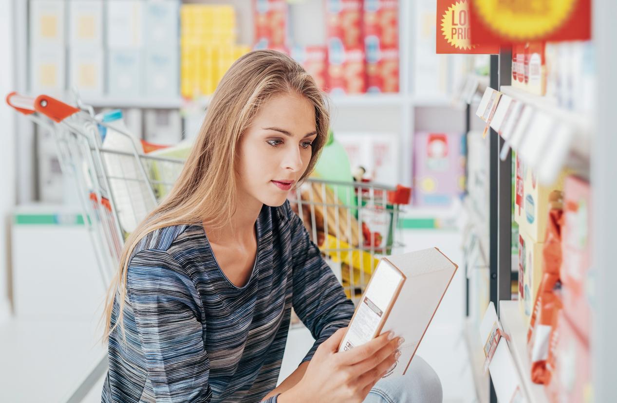 женщина читает состав продукта