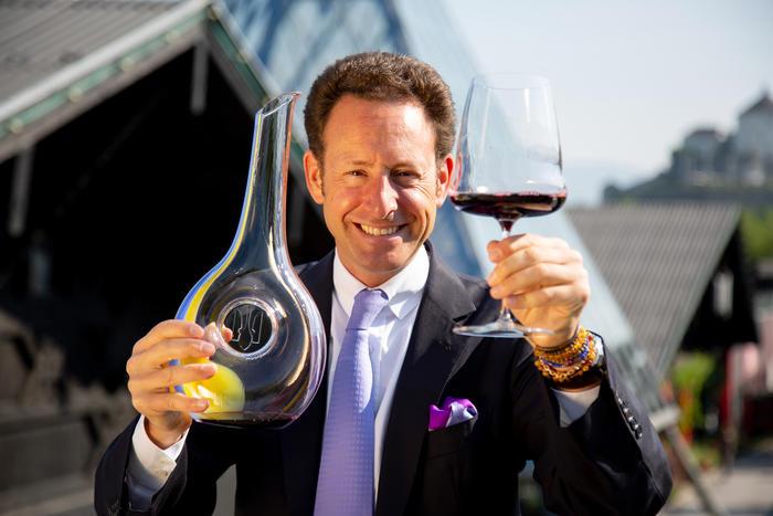 Максиміліан Рідель, президент компанії Riedel, з лімітованим декантером Ukraine та сортовим келихом Riedel Wine Wings